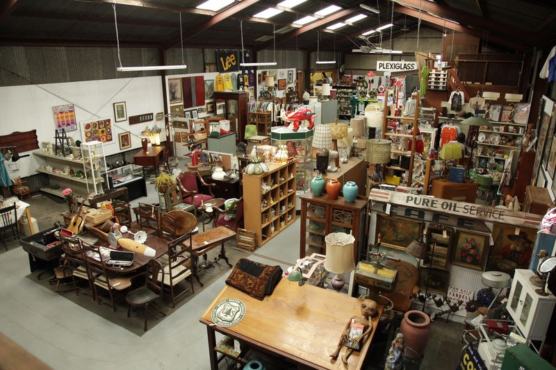 Long_beach_antiqueMall_2_interior